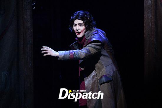 "Suho in una scena del musical ""The men who laughs"""